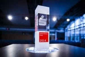 Der Unternehmerpreis steht ab sofort in der Vitrine des JBO Grimma. Foto: Thomas Trutschel