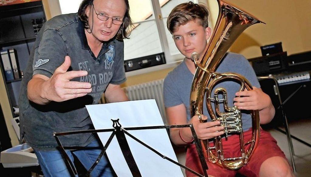 Früh übt sich, wer ein musikalischer Meister werden will: Tenorhornspieler David Friese erhält Tipps von Reiner Rahmlow.