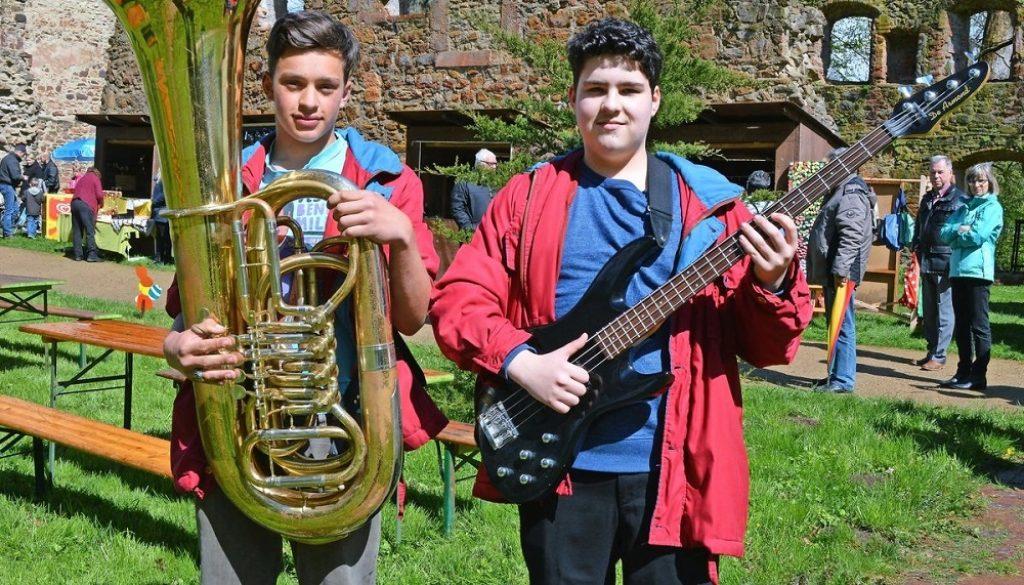 Warten auf den Auftritt: Ole Hennigsen (links) und Edward Esslinger vom Jugendblasorchester Grimma