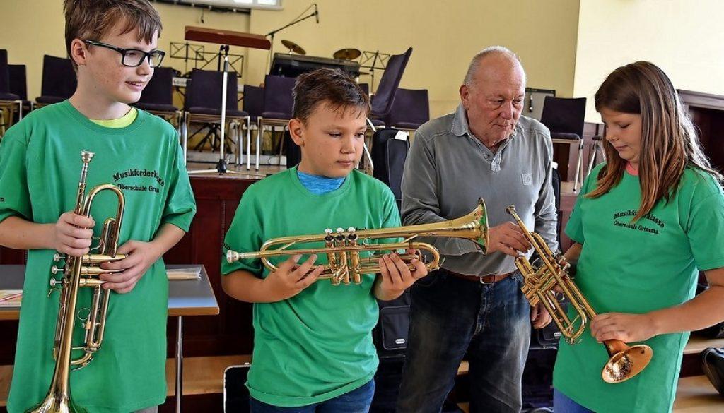 Trompetenlehrer Ralf Rohr übergibt seinen zukünftigen Musikschülern höchstpersönlich das zu erlernende Instrument.