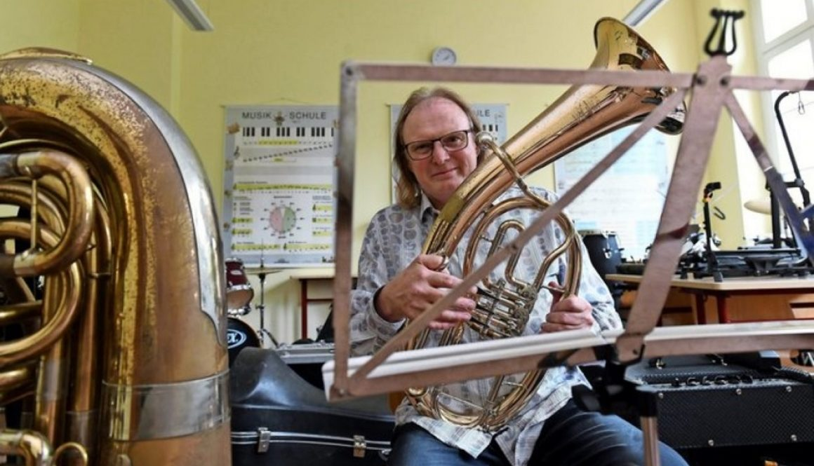Grimmas Jugendblasorchester-Chef und Stadtmusikdirektor Reiner Rahmlow knöpft sich in der Corona-Krise die Instrumente vor