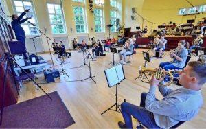 Auf Abstand: Die Musiker des Jugendblasorchesters haben nach einer Zwangspause wieder mit den Proben begonnen. Foto: Roger Dietze