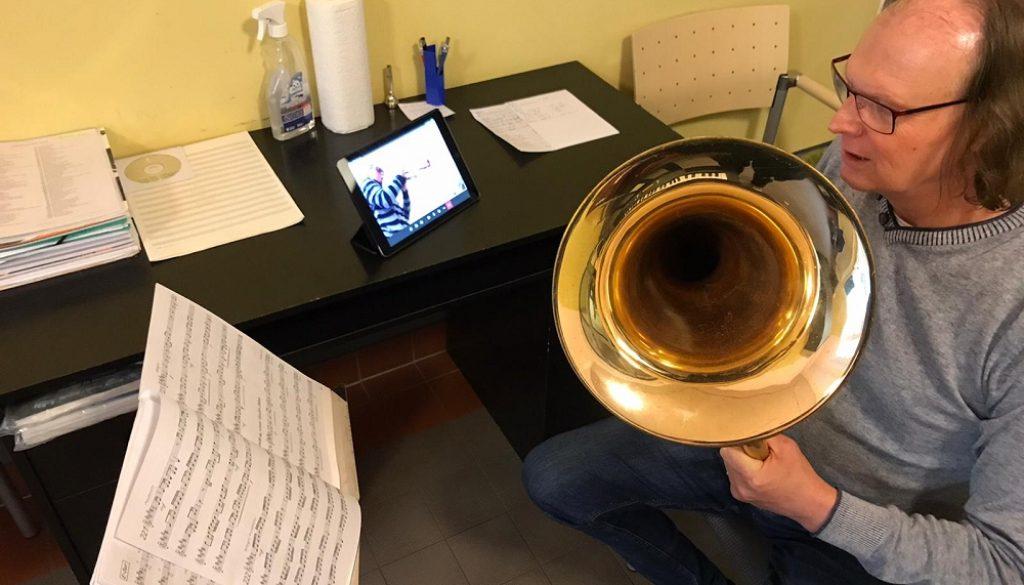 Seit Montag wird in der Orchesterschule des Jugendblasorchesters Grimma die Instrumentalausbildung per Videochat vorgenommen. Foto:JBO Grimma