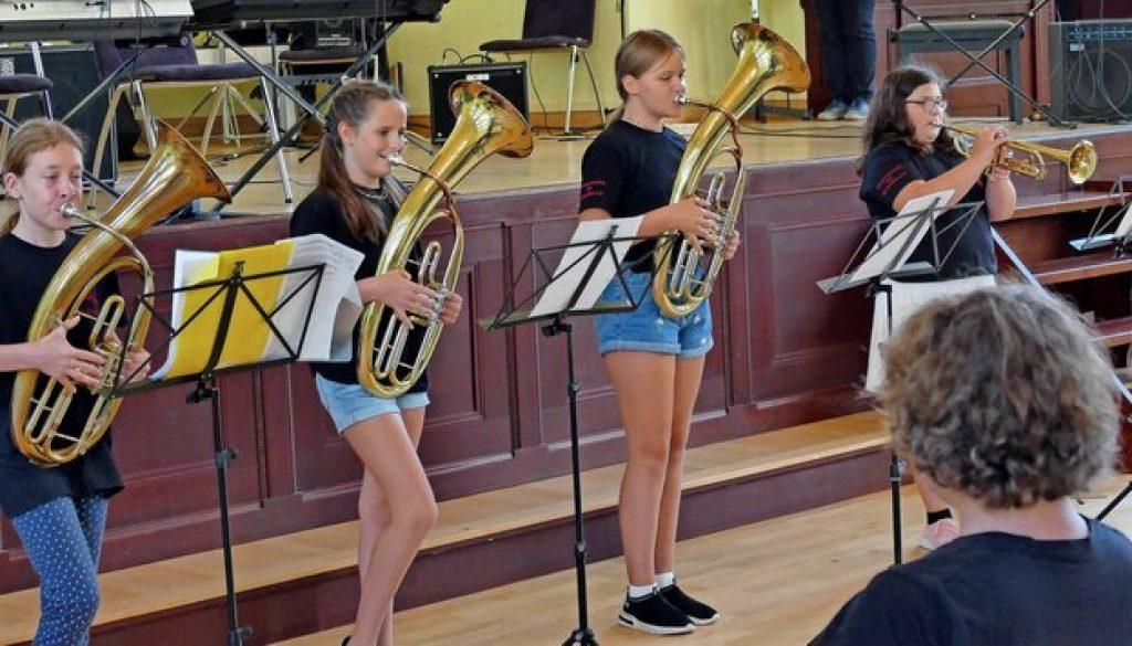 Beide Musikförderklassen der Oberschule Grimma gaben am Montag ein Vorspiel im Soziokulturellen Zentrum – zum Abschluss des Schuljahres. Hier geben vier Bläserinnen aus der 5. Klasse eine Probe ihres Könnens. Foto: Thomas Kube