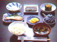 Frühstück: Reis, Suppe, gegrilltes Fleisch, roher Fisch