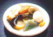Oden: gekochtes Gemüse, Fischpaste, Eier